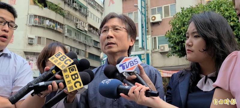 詹江村受訪矢口否認涉妨害性自主,並稱是遭J女誣陷。(記者徐聖倫攝)