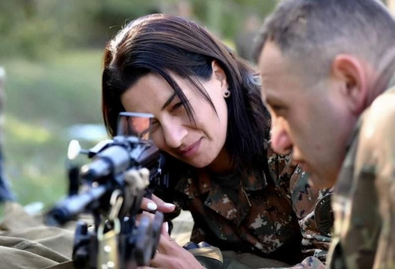 亞美尼亞總理夫人哈克布延號召女生當兵,她8月間戰事未爆發前,就開始接受軍事訓練。(翻攝自推特)
