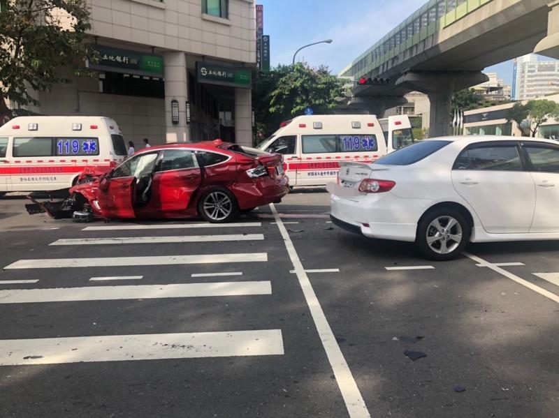 紅色BMW的GTR跑車疑似狂飆又闖紅燈,車頭幾乎撞爛。(記者張瑞楨翻攝)