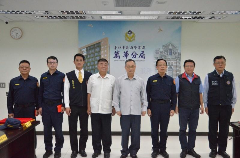 警政署長陳家欽(右四)今天前往萬華分局慰問。(記者王冠仁翻攝)