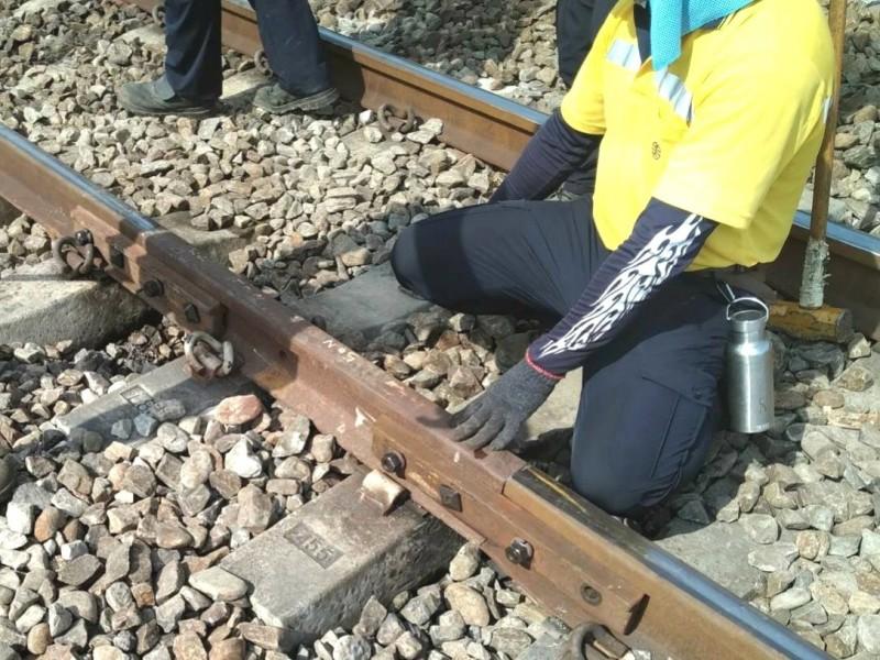 台鐵永康站到新市站之間的烏水橋平交道附近,一早被發現有斷軌,緊急搶修。(記者吳俊鋒翻攝)