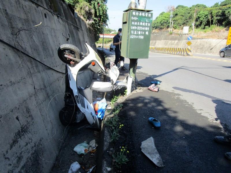 草屯鎮69歲婦人無照騎機車,自撞電桿後栽入水溝。(民眾提供)