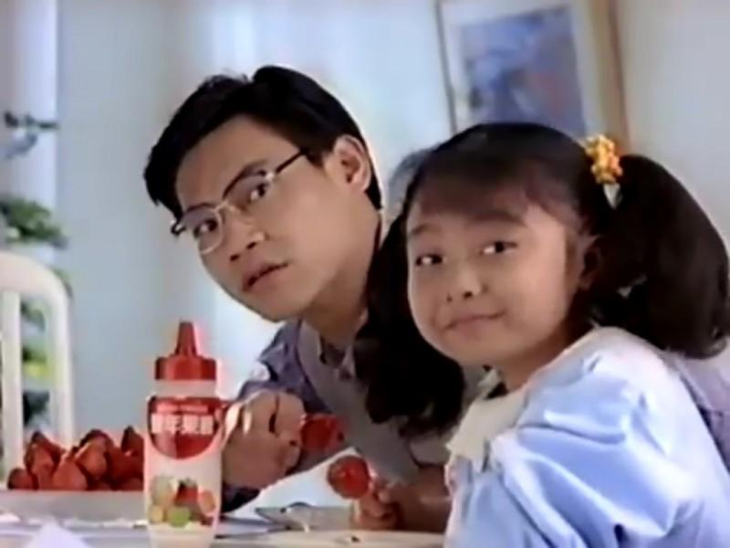早年拍攝豐年果糖,一時風靡台灣的童星「糖糖」蔡亞臻(右)近年淡出螢光幕,卻因車禍身亡。(記者吳仁捷翻攝)