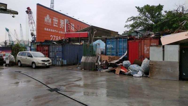 有惡房東佔台北市南港區部分市有地,堆放10幾個簡陋貨櫃,隔間出租給20名弱勢;北市府財政局將追討使用補償金。(南港區公所提供)