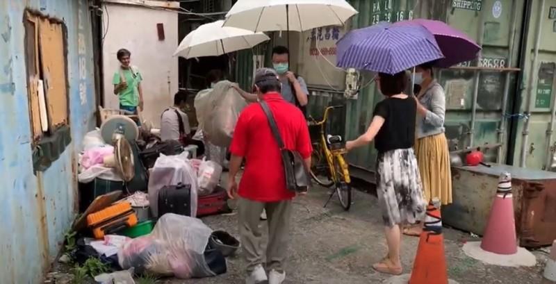 南港區公所清查「貨櫃聚落」共住20人,同用一間戶外簡陋流動廁所及流理台,惡劣環境如人間煉獄。(南港區公所提供)
