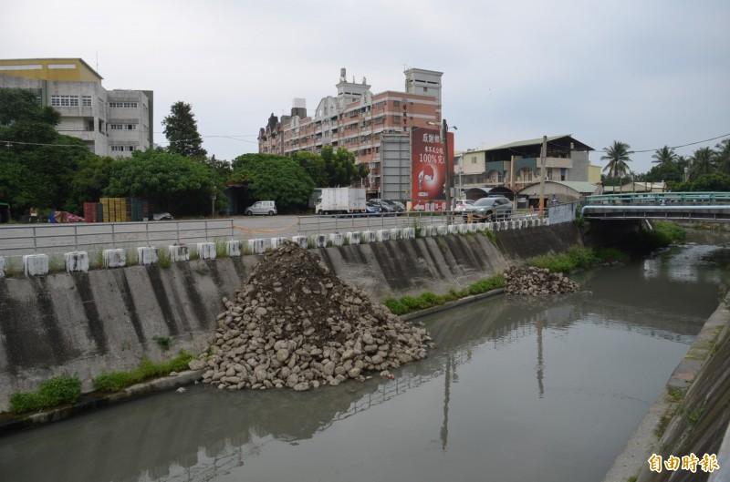 屏東市殺蛇溪遭傾倒大量土石引發軒然大波,縣府水利單位緊急澄清是護岸工程材料,並非違法傾倒行為。(記者李立法攝)