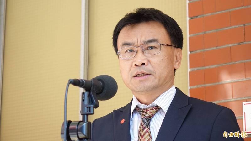 農委會主委陳吉仲出席立法院委員會,會前接受媒體訪問。(記者塗建榮攝)