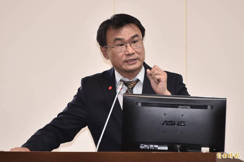 農委會主委陳吉仲(見圖)今晚反駁柯文哲,沒有「全世界的萊豬都會進口台灣」這件事,台灣目前只允許13個國家的豬肉可以進口,當中有可能含有萊劑的只有美國而已。(資料照)