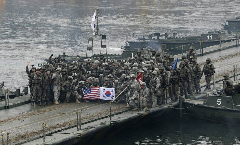 南韓總統統一外交安全事務特別助理文正仁27日表示,如果南韓加入美國反中聯演,恐被中國視為「敵對國家」,圖為2015年韓美聯演行動。(美聯社)