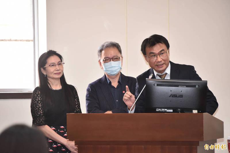 衛福部次長薛瑞元(中)今天在立法院指出,明年自治條例因為牴觸母法就會無效,所以請各地方政府檢討。(記者塗建榮攝)