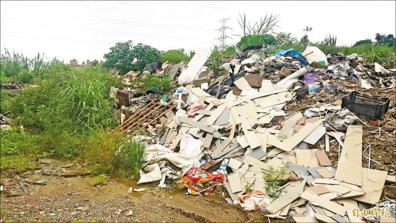 新北市議員張錦豪追查轄區倒廢土案件時,揪出上尉冒名出租軍用地案。 (記者吳昇儒攝)