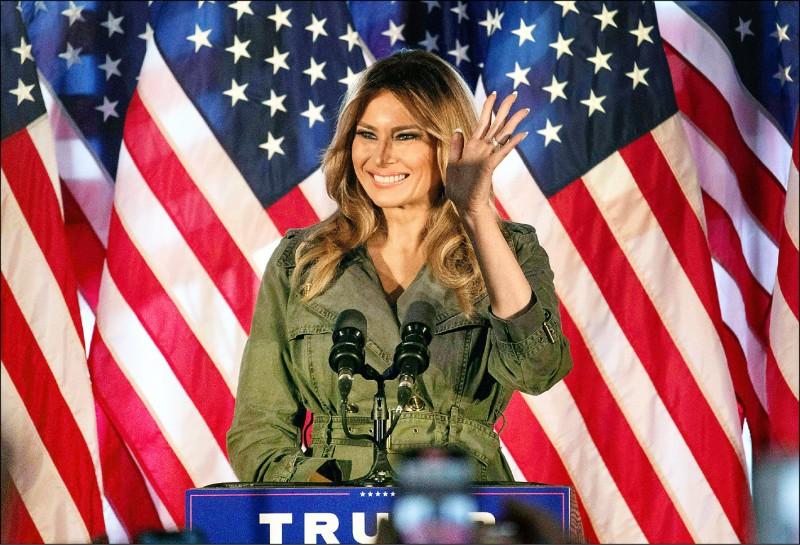 美國第一夫人梅蘭妮亞廿七日在關鍵搖擺州賓州,為爭取連任的總統夫婿川普站台。這是梅蘭妮亞確診武漢肺炎康復後首度獨挑大梁,她大讚川普是為人民打拼的「鬥士」。(法新社)