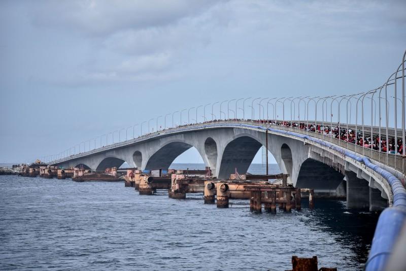 耗資逾2億美元、2018年通車的「中國—馬爾地夫友誼大橋」(Sinamalé Bridge),其中1.26億美元由中國政府資助。(法新社檔案照)