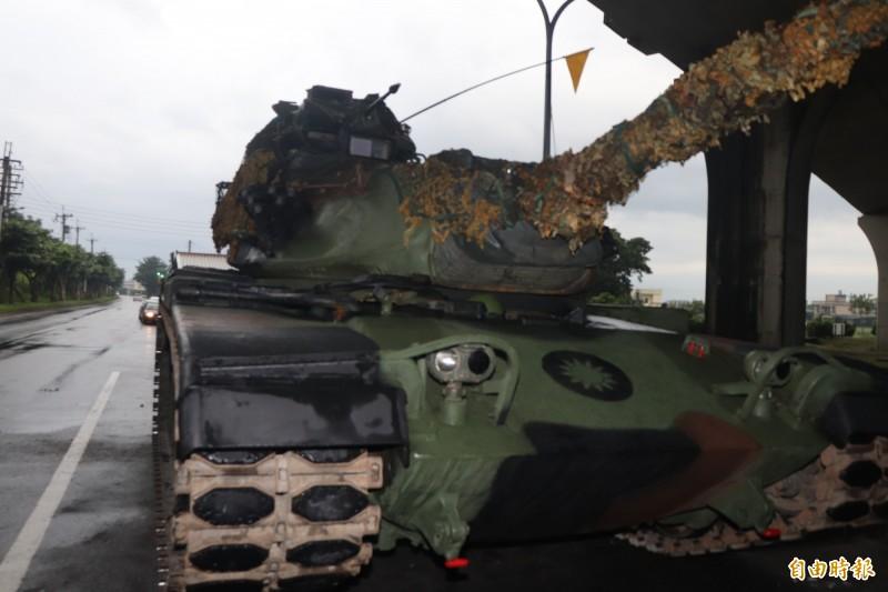 陸軍蘭陽地區指揮部今執行進入反擊待機位置遂行戰力防護任務,出動3輛M60A3戰車行駛於營區外道路演練。(記者林敬倫攝)