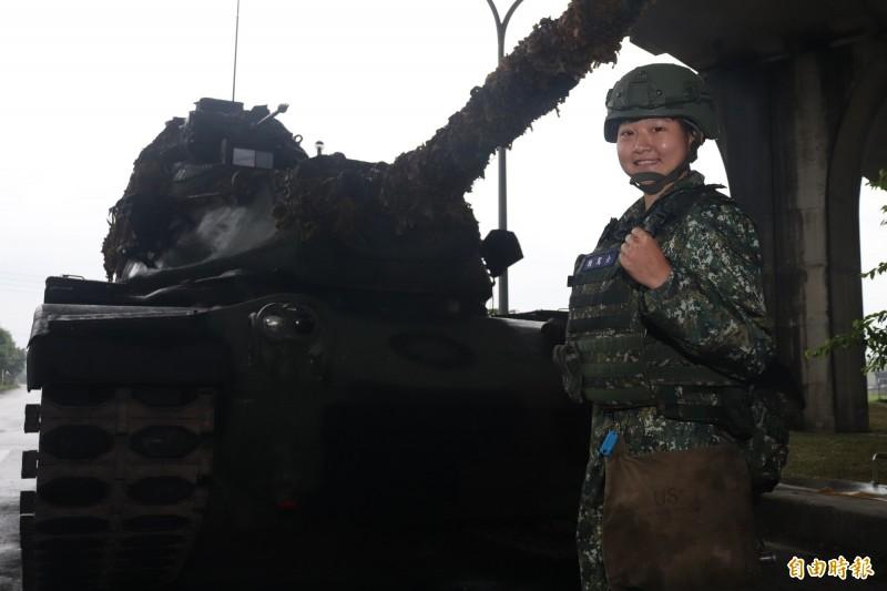 蘭指部戰車駕駛士下士符媞雯,擔綱這次任務的戰車駕駛。(記者林敬倫攝)