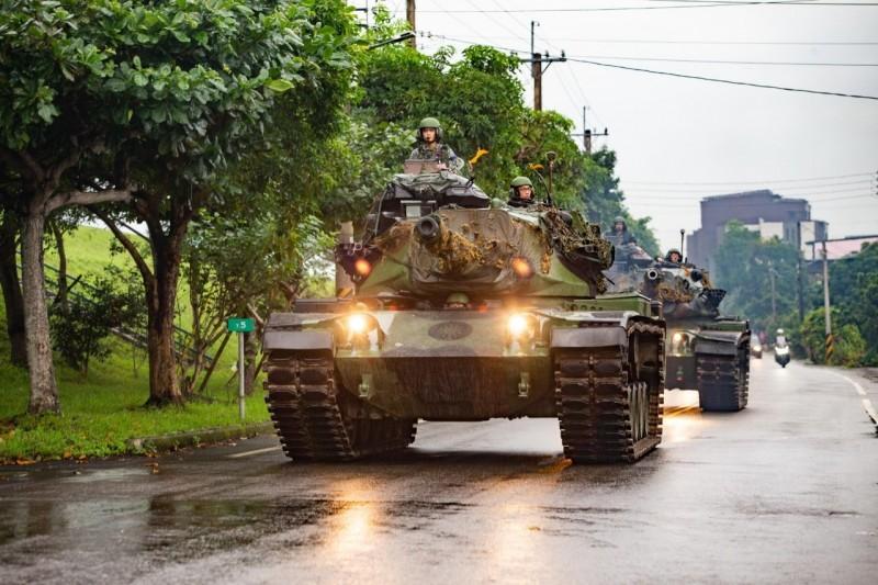 陸軍蘭陽地區指揮部今執行進入反擊待機位置遂行戰力防護任務,出動3輛M60A3戰車行駛於營區外道路演練。(蘭指部提供)