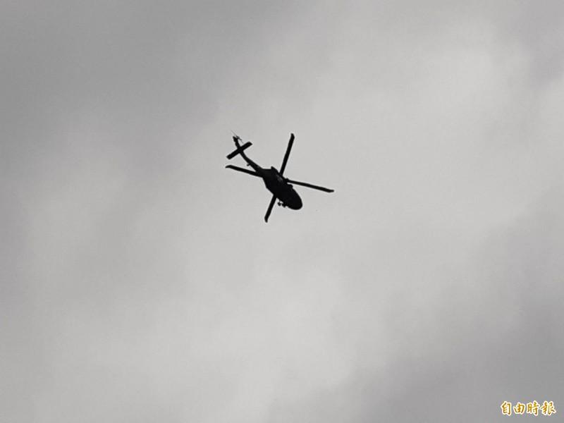 軍方直升機將落海飛行員救起後,載返志航基地。(記者黃明堂攝)