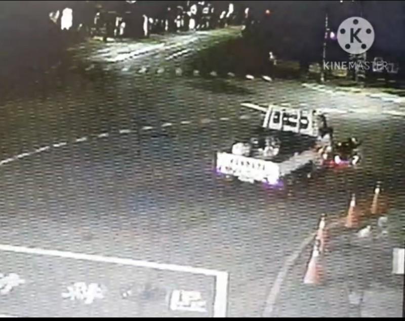 黃男貨車撞擊吳姓女騎士機車。(記者洪臣宏翻攝)