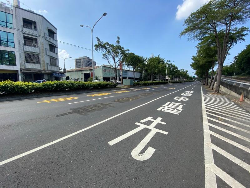 中華北路(觀海橋至鄭仔寮橋)開放外側快車道行駛機慢車。(記者洪瑞琴翻攝)