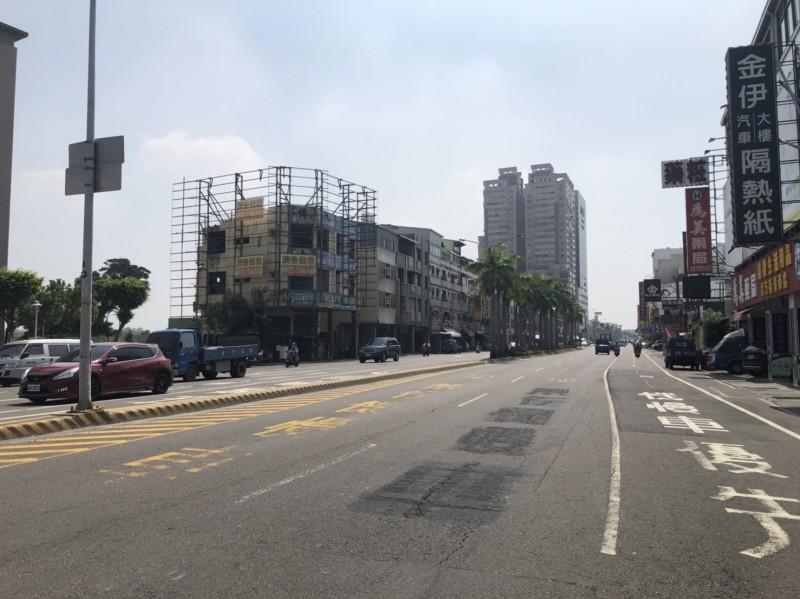 大同路(中華南路至生產路段)開放外側快車道行駛機慢車。(記者洪瑞琴翻攝)