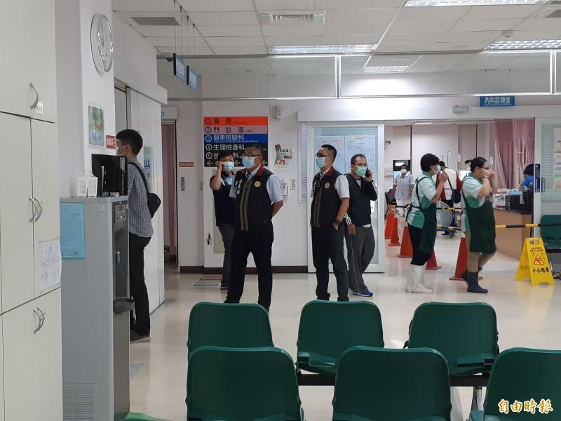 軍方人員在馬偕醫院的畫面。(記者黃明堂攝)