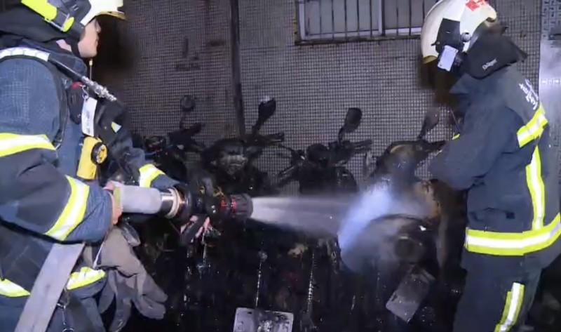 北市大安區清晨巷弄無名火,燒損6部機車。(記者邱俊福翻攝)