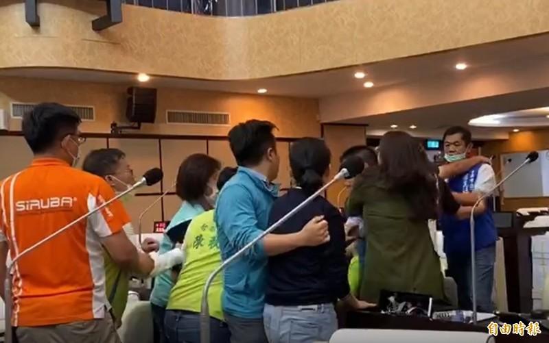 台南市議會爆肢體衝突,藍綠雙方多人掛彩。(記者王姝琇攝)