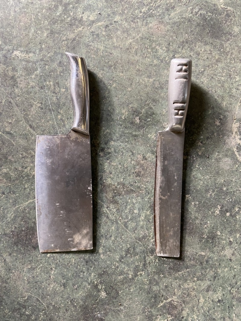 蔡男所持的兩把作案用菜刀。(記者歐素美翻攝)