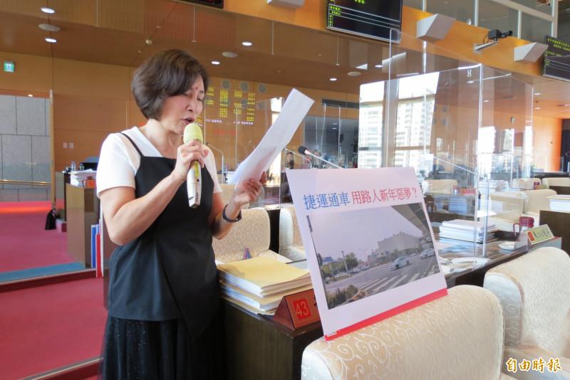 台中市議員黃馨慧批兒童卡流標,浪費公帑且會淪為蚊子卡。(記者蘇金鳳攝)