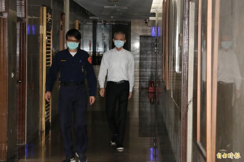 國寶集團總裁朱國榮(白衣者),今天再次被檢調傳喚。(記者錢利忠攝)