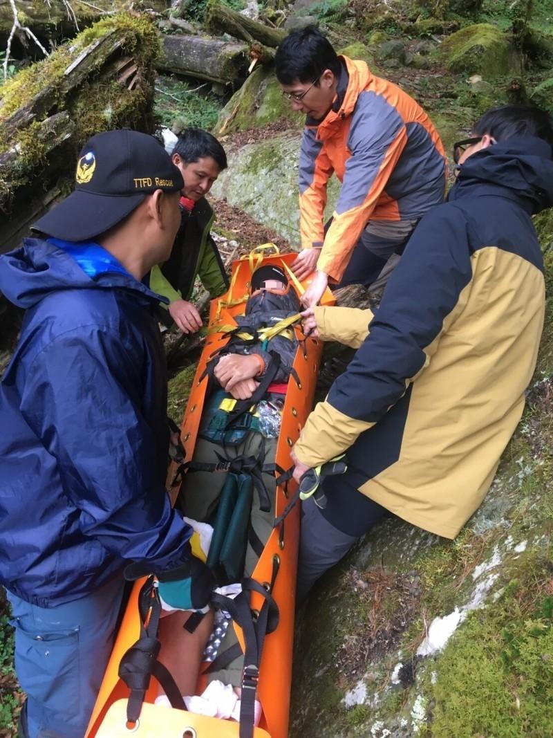 戒茂斯山登山客骨折,台東消防局關山大隊人員到場救援。(記者黃明堂翻攝)