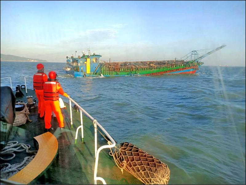 中國抽砂船頻頻越界到金馬、澎湖等海域盜砂,,行政院決對侵擾我海域的中國船修法重罰。(海巡署提供)