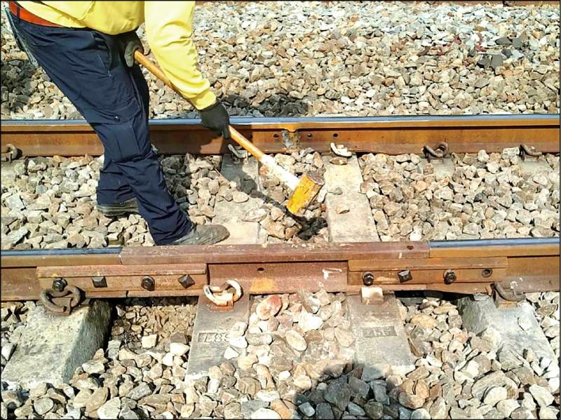 台鐵永康至新市火車站的烏水橋平交道附近鐵軌,昨被發現有長達19公分裂縫,台鐵進行搶修。(記者吳俊鋒翻攝)