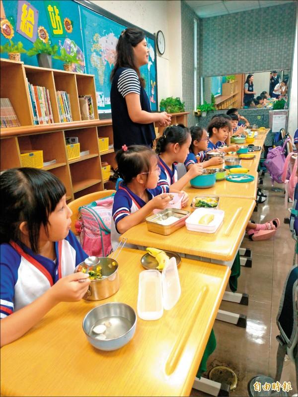 台北市教育局要求各校、幼兒園在午餐契約,須納入「一律採用國內在地豬肉、牛肉之生鮮食材」。(記者蔡亞樺攝)