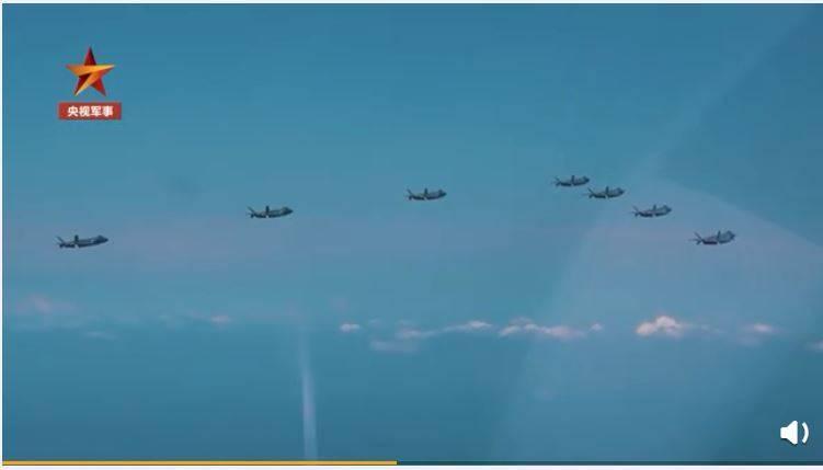 中共解放軍近日釋出空軍第5代戰鬥機殲-20戰機訓練畫面,是首次7架殲-20戰機編隊飛行訓練畫面曝光。(擷取自中國央視軍事微博)