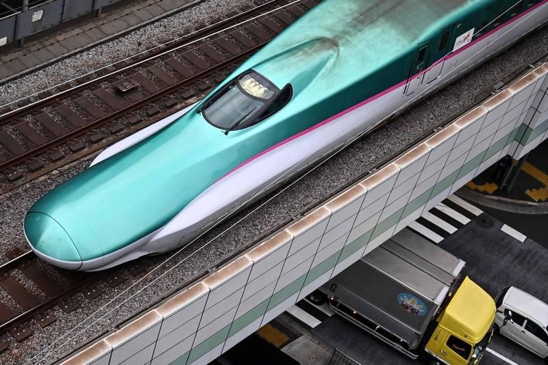 網傳大阪到東京只要10分鐘的後製影片。圖為東京火車站的「子彈列車」。(法新社)