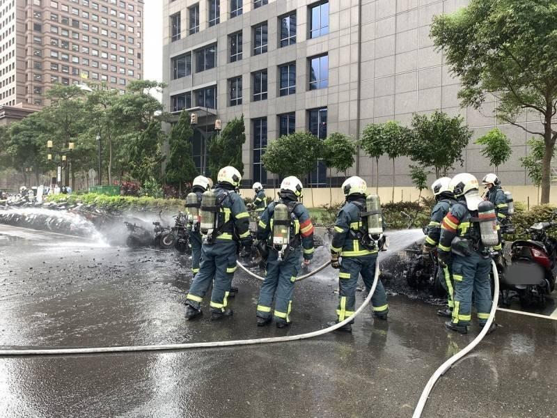 北市信義區發生路邊停放機車火警,共燒毀32輛機車。(記者邱俊福翻攝)
