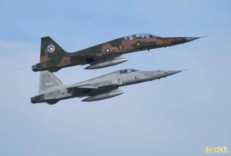 飛官朱冠甍昨日上午駕駛編號「5261」的F-5E戰機(下),不幸在台東近海失事殉職。軍方強調,空軍F-5戰機將於2024年全數汰除。圖上方為雙座的F-5F戰機。(資料照,記者游太郎攝)