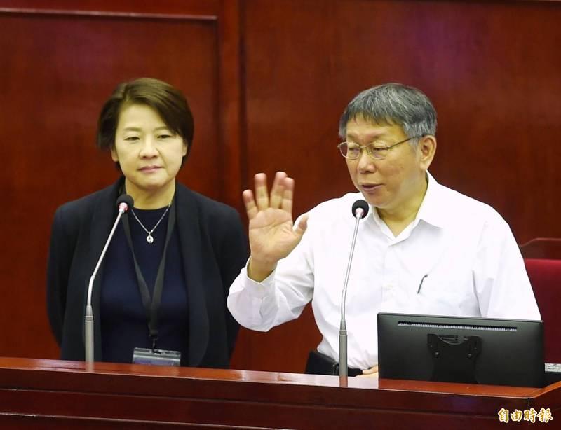 台北市長柯文哲(右)、副市長黃珊珊(左)接受議員質詢萊豬進口議題。(記者方賓照)