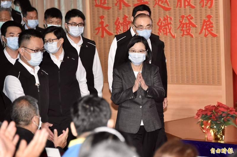 總統蔡英文參加榮民節慶祝大會,退輔會主委馮世寬(後)陪同進場。(記者塗建榮攝)
