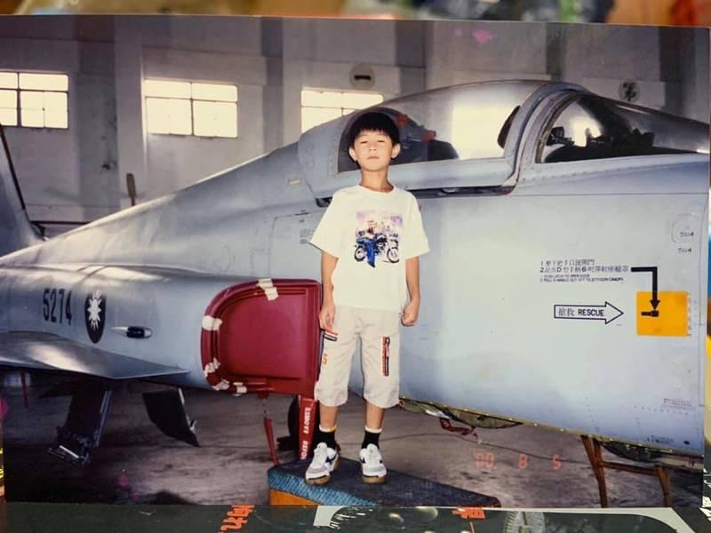 朱冠甍今年4月曾PO出自己5歲時和機號5274的F-5E戰機合照照片,表示有夢想成真的感覺,不料今日突傳意外,令人傷感。(擷取自朱冠甍臉書)