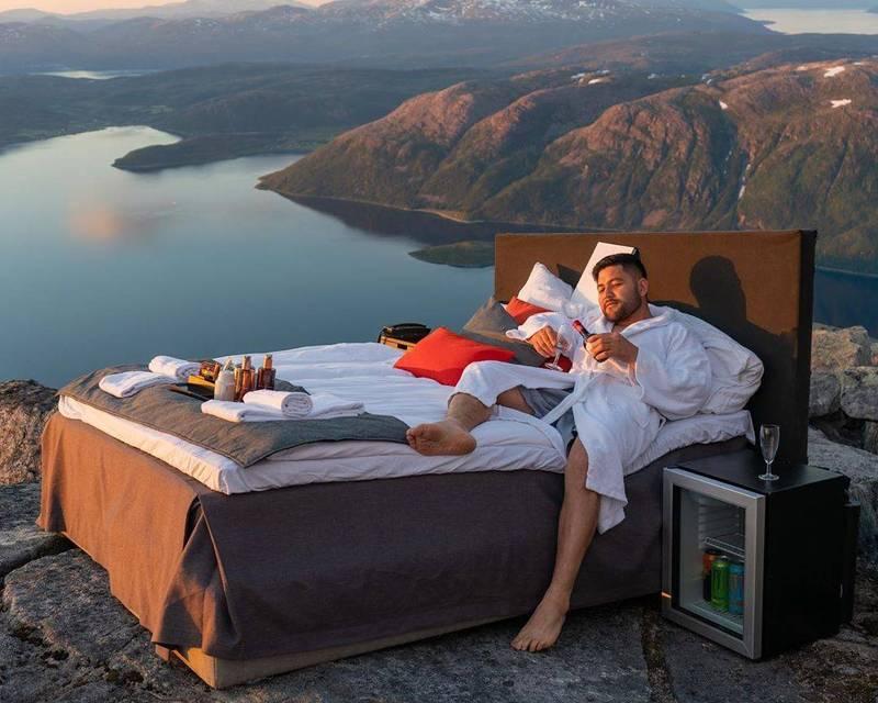 Mountain Concept把飯店的床搬到山頂。(Instagram themountainconcept 授權)