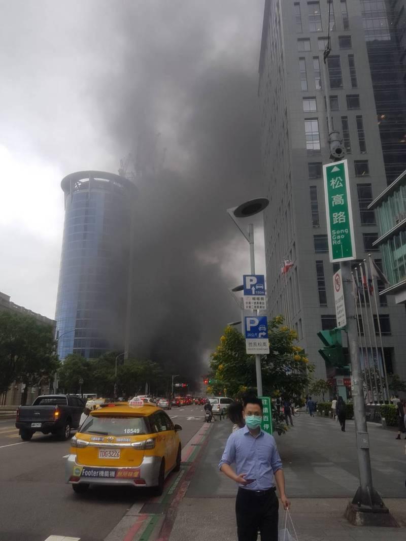 北市信義區松勇路和松高路的中油大樓旁,今天下午近2時許又發生機車火警。(民眾提供)