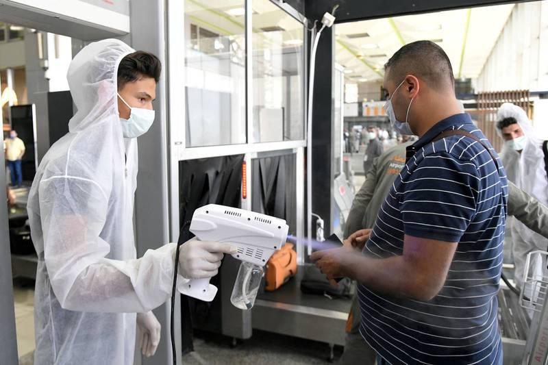 世界衛生組織(WHO)表示,在東地中海國家中,疫情已經到達了「令人震驚的地步」。圖為敘利亞大馬士革機場防疫人員為旅客消毒。(路透)
