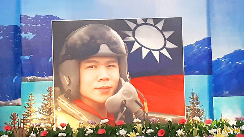 A photograph of air force pilot Captain Chu Kuan-meng is displayed at a funeral hall in Taitung County yesterday. Photo: Huang Ming-tang, Taipei Times