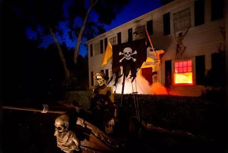 美國加州一對夫妻以「「加勒比海盜」為主題布置,不料因「火災」效果太低真,現在每晚點燈前都須跟當地警消回報,確認一切平安。(圖翻攝自Twitter)
