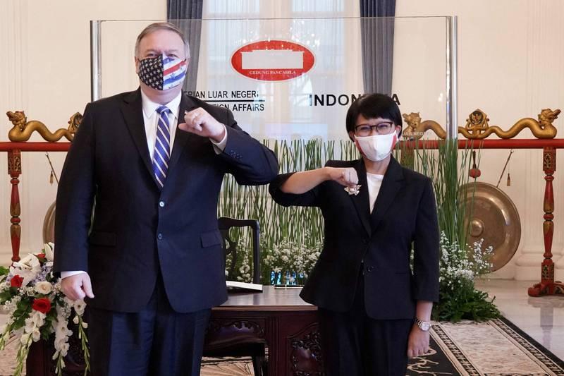 美國國務卿龐皮歐今天(29日)表示,華府將會找到新的方法與印尼就南海問題上進行合作,圖為龐皮歐(左)與印尼外交部長勒特諾(右)。(法新社)
