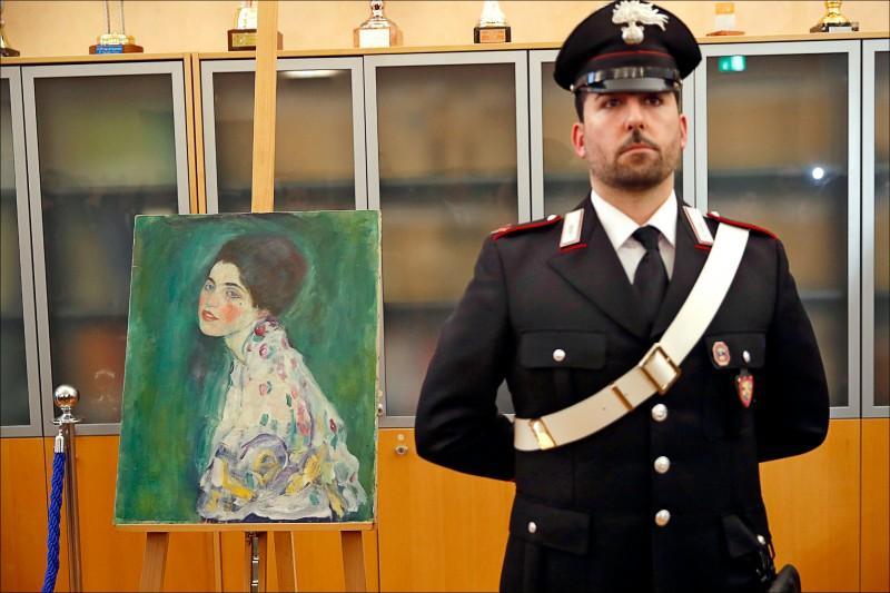 義大利武警今年1月在一場記者會上,駐守於去年12月尋獲的名畫「仕女肖像」旁。(資料照,美聯社)