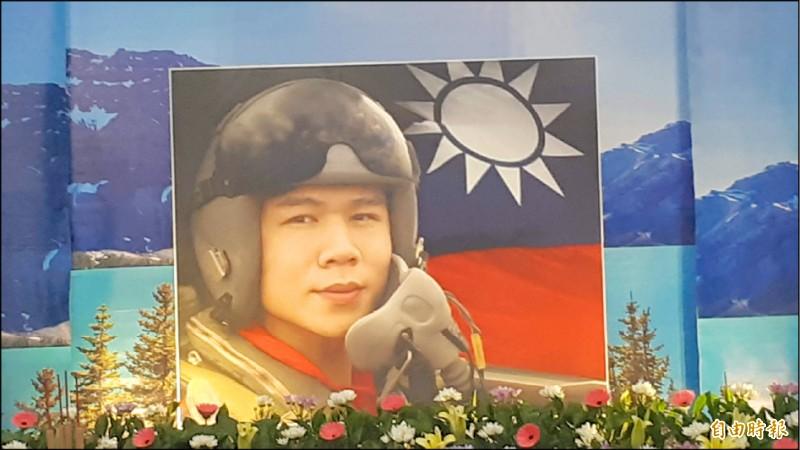 朱冠甍靈堂上的遺照選用他戴飛行頭盔,淺淺一笑的照片。(記者黃明堂攝)