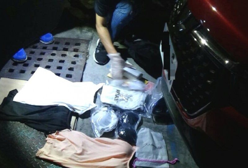 警方在嫌犯車上找到一袋女性內衣褲。(記者吳俊鋒翻攝)